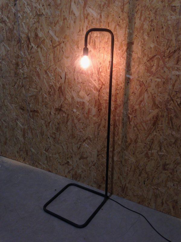 Tijdloos design van een mooie staande lamp. Staal in een strakke vorm gebogen met led-verlichting.